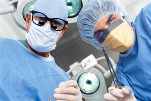 Portrait of surgeons holding operating toolsの写真素材 [FYI02852816]