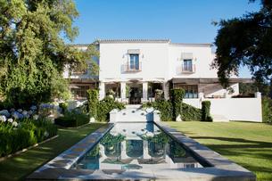 Luxury lap pool and Spanish villaの写真素材 [FYI02852829]