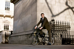 A businessman commuting to workの写真素材 [FYI02852838]