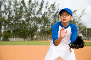 Boy trying to catch baseballの写真素材 [FYI02852864]