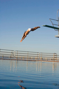 A woman diving into a poolの写真素材 [FYI02852867]
