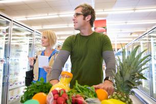 Couple grocery shoppingの写真素材 [FYI02852902]