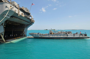 A landing craft utility approaches the well deck of USS Esseの写真素材 [FYI02852968]