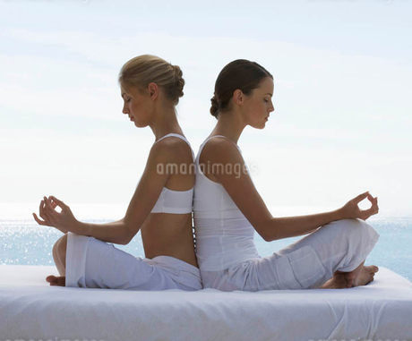 Two young women practicing yogaの写真素材 [FYI02852974]