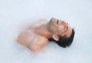 A man relaxing in a hot tubの写真素材 [FYI02853025]