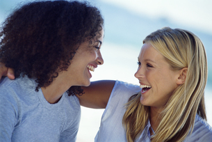 Young female friends laughing togetherの写真素材 [FYI02853043]