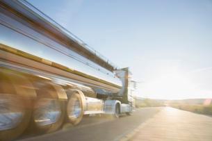 Stainless steel milk tanker on the roadの写真素材 [FYI02853122]