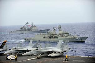 HMAS Ballarat of the Royal Australian Navy cruises alongsideの写真素材 [FYI02853168]
