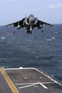 An AV-8B Harrier II prepares to land on the flight deck of Uの写真素材 [FYI02853178]