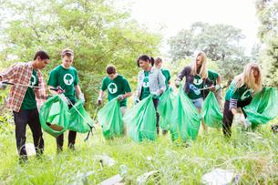 Environmentalist volunteers picking up trashの写真素材 [FYI02853311]