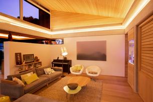 Illuminated living roomの写真素材 [FYI02853334]