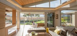 Modern home showcase living roomの写真素材 [FYI02853349]