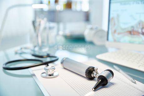 Desk with speculum,stethoscope and computerの写真素材 [FYI02853361]