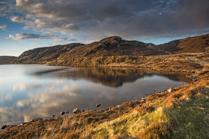 Sunny tranquil view of hills and bay, Scotlandの写真素材 [FYI02853622]