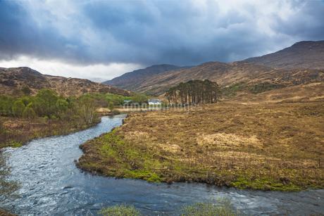 Loch Eilt winding through remote highlands, Glenfinnan, Scotlandの写真素材 [FYI02853644]