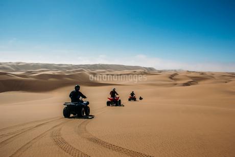 Friends riding quadbikes in sunny desert, Swakopmund, Namibiaの写真素材 [FYI02853706]