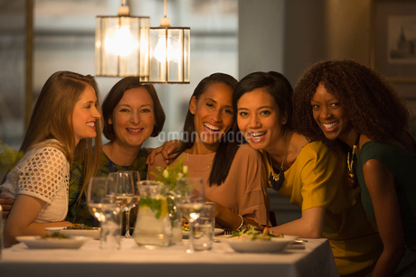 Portrait smiling women friends dining at restaurant tableの写真素材 [FYI02853709]