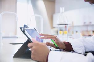 Scientist using digital tablet in laboratoryの写真素材 [FYI02853728]