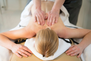 Woman receiving back massage from massage therapist in spaの写真素材 [FYI02853780]