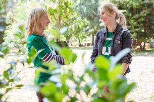 Smiling environmentalist volunteers talkingの写真素材 [FYI02853808]