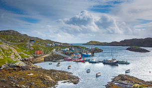 View of fishing boats in craggy harbor, Luskentyre, Harris, Outer Hebridesの写真素材 [FYI02853907]