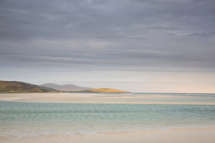 Tranquil view clouds over ocean, Luskentyre, Harris, Outer Hebridesの写真素材 [FYI02853920]