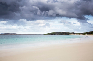 Storm clouds over tranquil ocean beach, Cnip, Isle of Lewis, Outer Hebridesの写真素材 [FYI02853946]