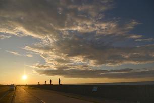 防波堤で釣りをする人の写真素材 [FYI02853973]