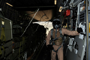 Container Delivery System bundles exit a C-17 Globemaster duの写真素材 [FYI02853994]