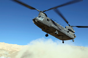 A CH-47 Chinook prepares to land.の写真素材 [FYI02854012]