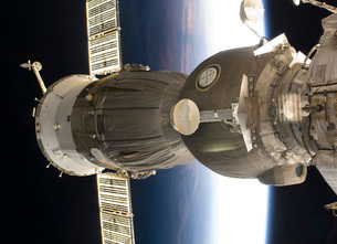 A Soyuz spacecraft backdropped by Earth.の写真素材 [FYI02854031]