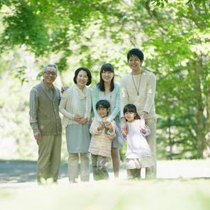 公園で微笑む3世代家族の写真素材 [FYI02854055]