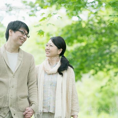 公園を散歩するミドル夫婦の写真素材 [FYI02854056]