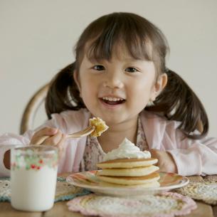 パンケーキを食べる女の子の写真素材 [FYI02854060]