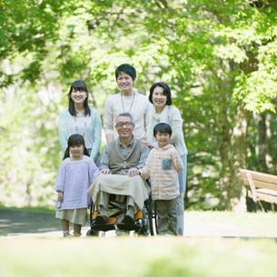 公園で微笑む3世代家族の写真素材 [FYI02854062]