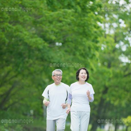 ジョギングをするシニア夫婦の写真素材 [FYI02854069]