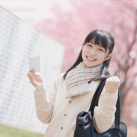 受験票を持ち微笑む女子中学生の写真素材 [FYI02854072]