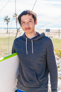 Portrait confident male surfer with surfboardの写真素材 [FYI02854198]