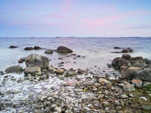 Finland, Uusimaa, Helsinki, Lauttasaari, Stones and rocks at coastの写真素材 [FYI02854406]