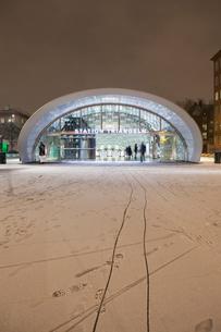 Sweden, Skane, Malmo, Triangeln, Railroad station at nightの写真素材 [FYI02854471]