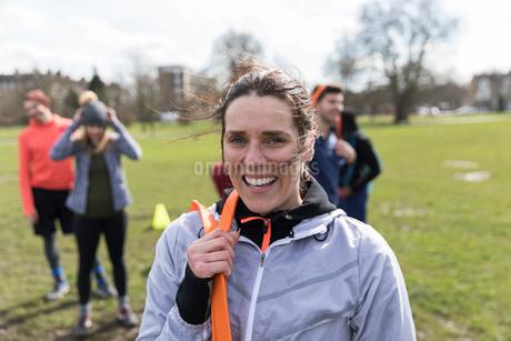 Portrait smiling, confident woman exercising in parkの写真素材 [FYI02854548]