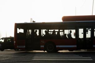 Sweden, Stockholm, Slussen, Silhouette of people on busの写真素材 [FYI02854594]