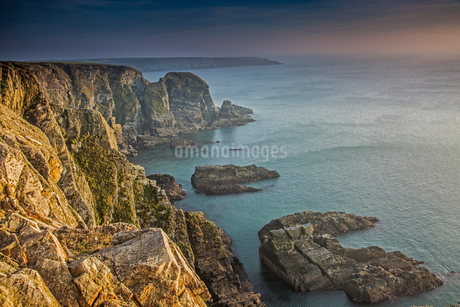 Craggy cliffs overlooking ocean, South Stack cliffs, Anglesey, Walesの写真素材 [FYI02854626]