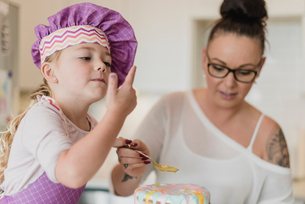 Mother and daughter decorating cakeの写真素材 [FYI02854829]