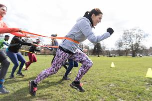 Team building strap exercise in parkの写真素材 [FYI02854840]