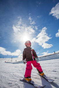 Norway, Osterdalen, Trysil, Girl (4-5) learning how to skiの写真素材 [FYI02854859]