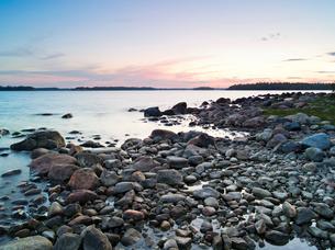 Finland, Uusimaa, Helsinki, Lauttasaari, Stones and rocks at coastの写真素材 [FYI02854881]