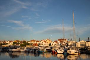 Sweden, West Coast, Bohuslan, Marstrand, Marina with sailboats on lake at sunsetの写真素材 [FYI02854885]