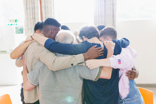 Men standing in huddle in prayer groupの写真素材 [FYI02855076]