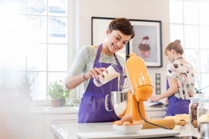 Female caterer baking, using stand mixer in kitchenの写真素材 [FYI02855086]